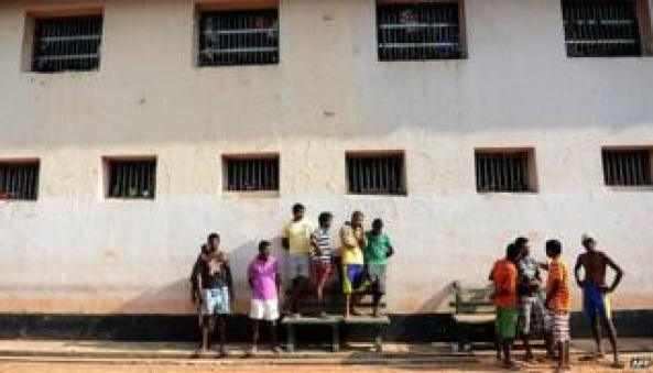Sri Lankan prisoners observe Sinhala and Tamil New Year celebrations in penitentiary complex in Colombo on April 24, 2013