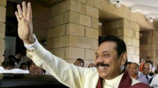 Outgoing Sri Lankan President Mahinda Rajapaksa waves to supporters as he leaves the President Secatariat in Colombo (09 January 2015)