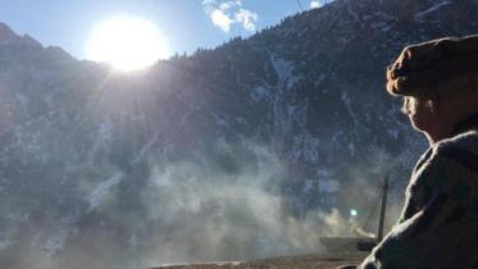 سلامت خان سورج کی کرنوں کا مشاہدہ کر رہے ہیں