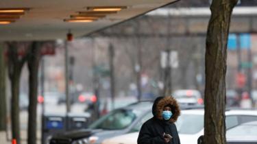 Pessoa com máscara na rua na universidade de Chicago