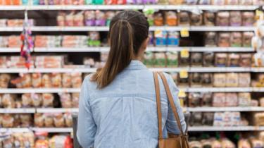 mulher encara supermercado