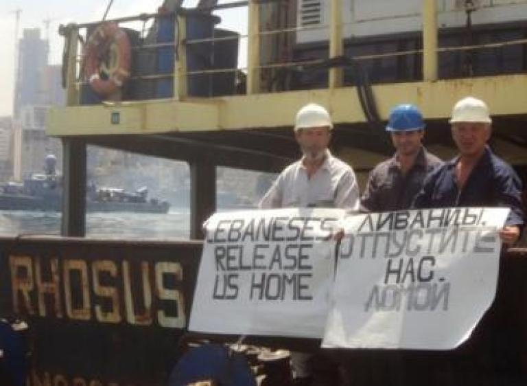 Prokoshev junto a otros de los dos tripulantes retenidos en Beirut.