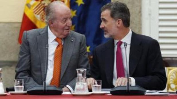 تنازل خوان كارلوس عن عرشه لنجله فيليب السادس عام 2014