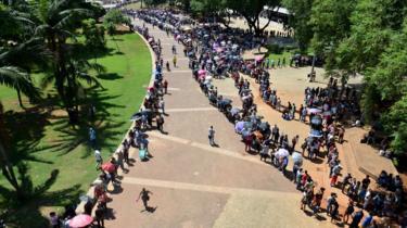 Pessoas em fila do Mutirão do Emprego