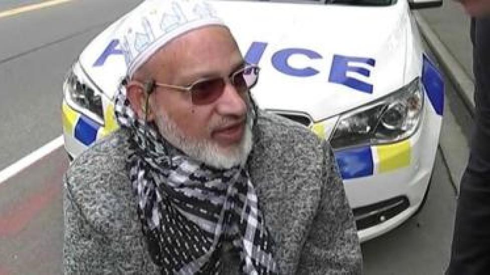 Farid Ahmed wuxuu sheegay inuu isagoo kuraasta curyaamiinta ku fadhiya ku jiray gudaha masaajidka
