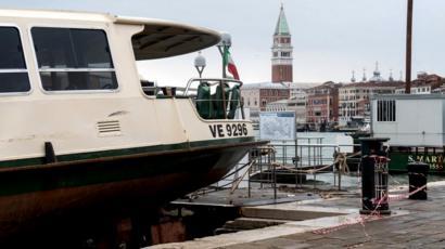 Les vents violents de Venise ont amené un vaporetto - bus public de l'eau - en haut du complexe Arsenale de Venise, 13 novembre 2019