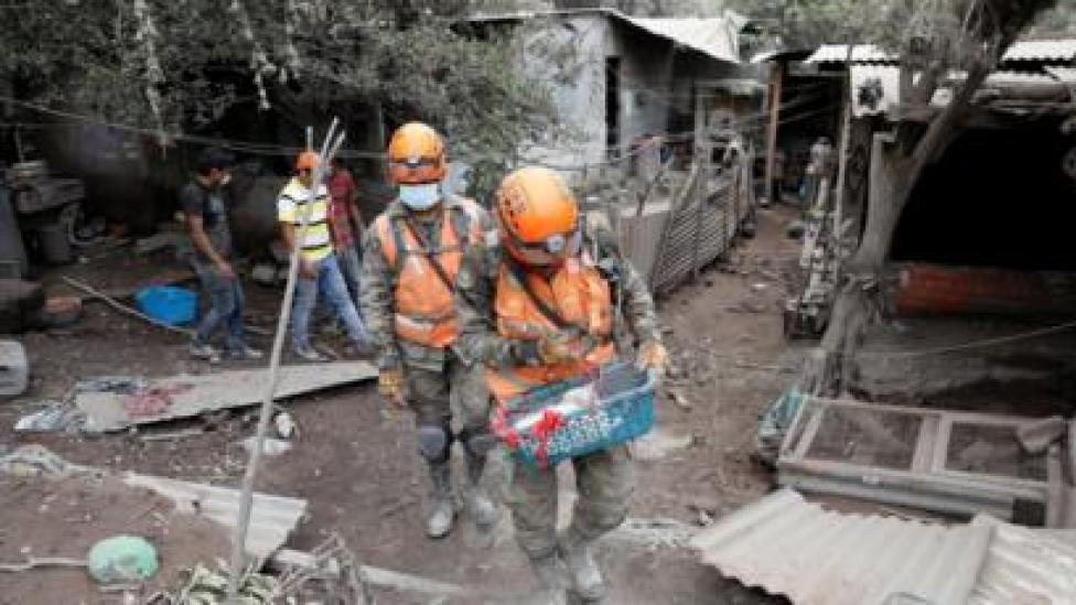 Rescue workers in San Miguel Los Lotes, 6 June 2018