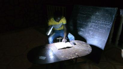 Un étudiant qui étudie dans le noir (image d'archive)