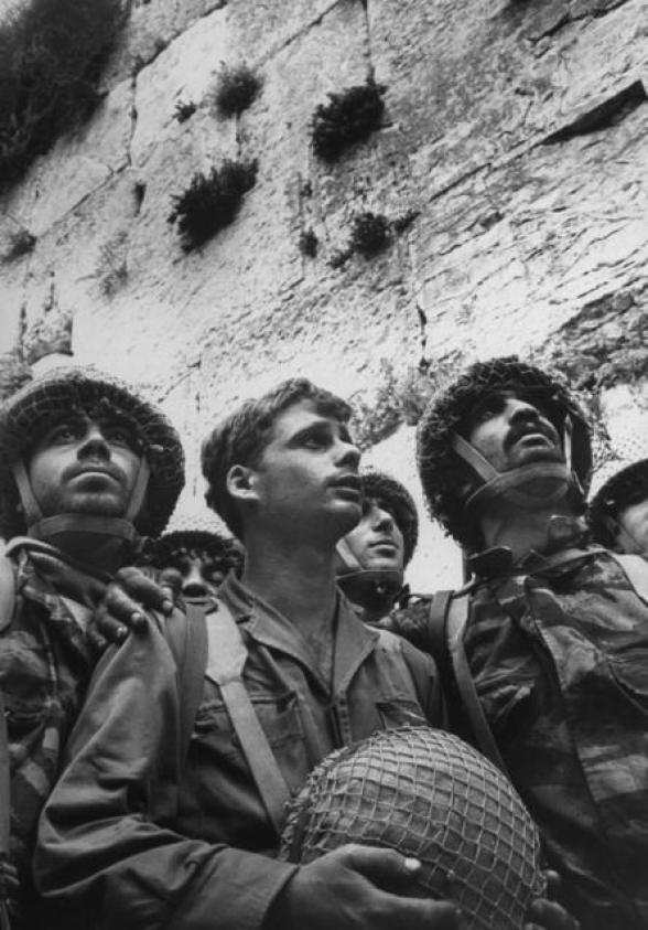 Izraelscy spadochroniarze spoglądają na Ścianę Zachodnią chwilę po odzyskaniu żydowskiego świętego miejsca w wojnie sześciodniowej, 1967