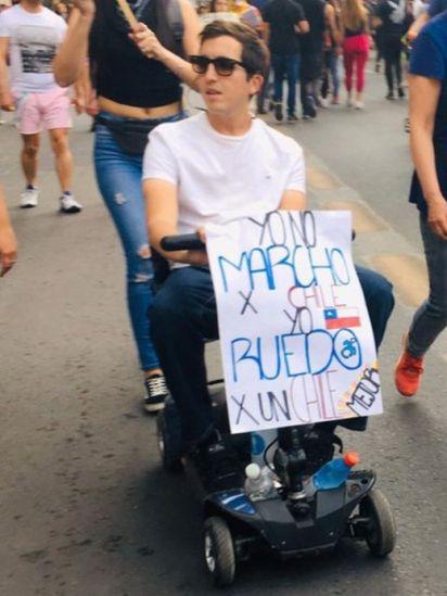 """""""Yo no marcho por Chile, yo ruedo por un Chile mejor"""", decía una de las pancartas"""