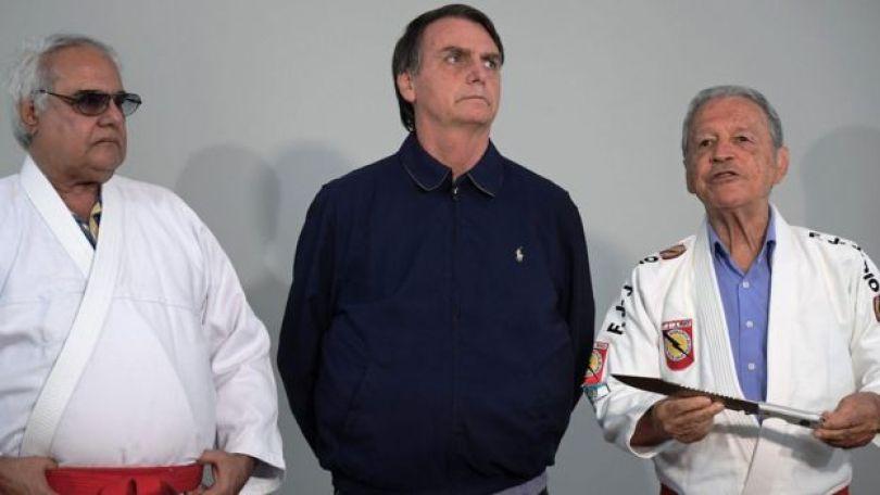 Bolsonaro recebendo homenagem de lutadores de jiu-jitsu