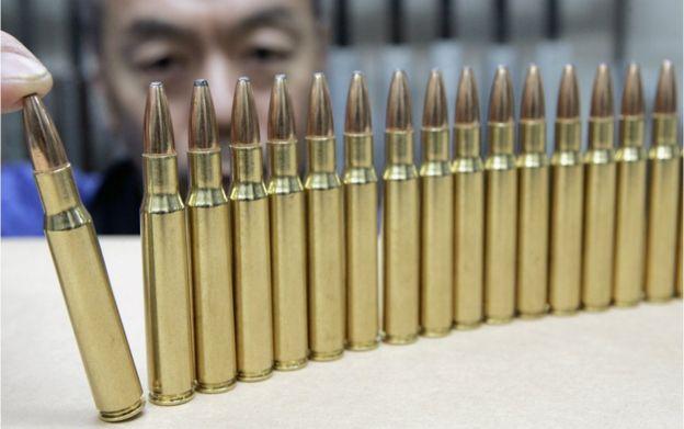 Số người sở hữu súng lâu đời cũng bị hạn chế. Khi họ qua đời, con cháu họ phải giao nộp lại các loại súng
