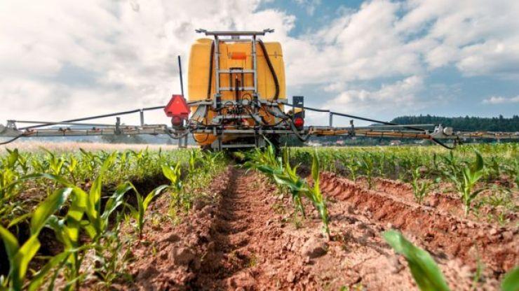 Máquina agrícola em campo