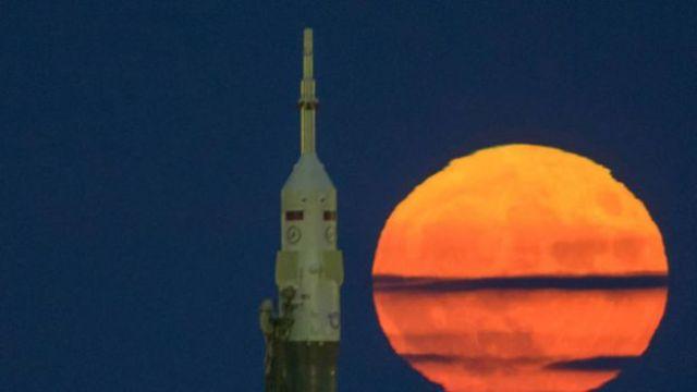 Luna rojiza vista junto a un cohete Soyuz en Kazhakstán. (Foto: NASA)
