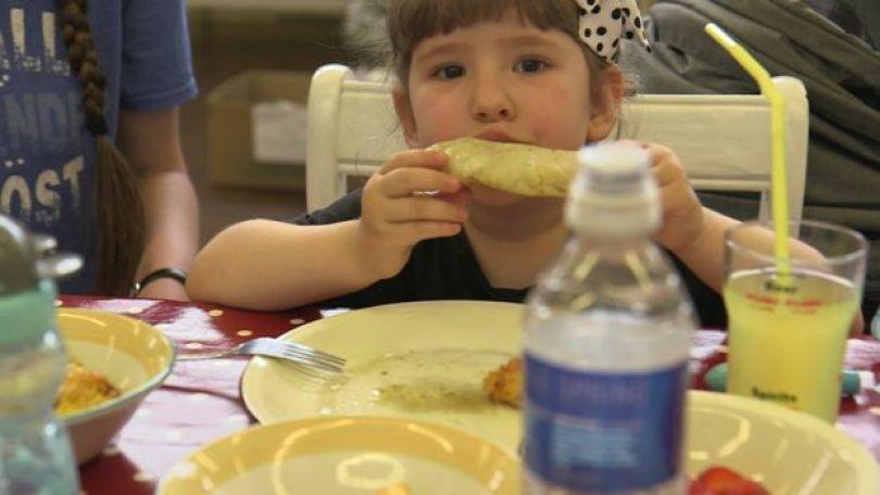 Criança se alimenta em uma das lanchonetes do projeto