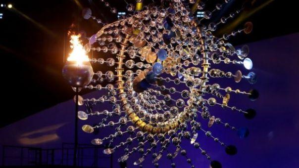 Pebetero con el fuego olímpico