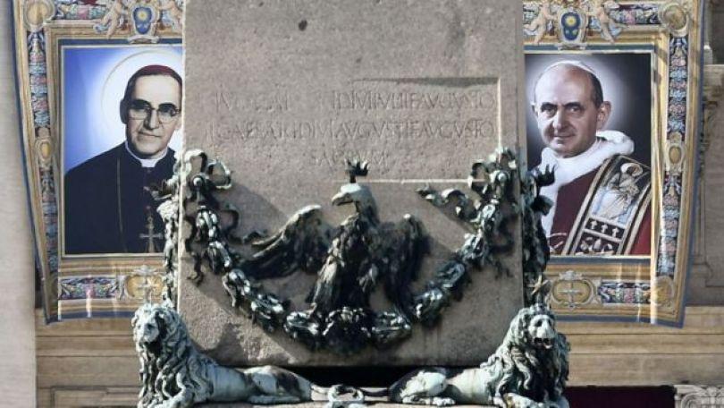 Imagens pintadas de Oscar Arnulfo Romero (à esquerda) e do papa Paulo VI, os novos santos da Igreja Católica
