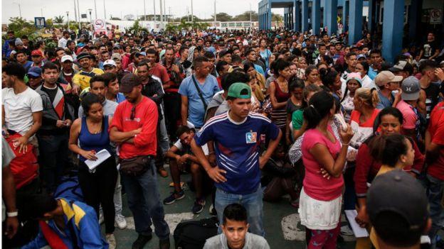 Venezolanos esperando para realizar los trámites migratorios en la aduana de Perú.