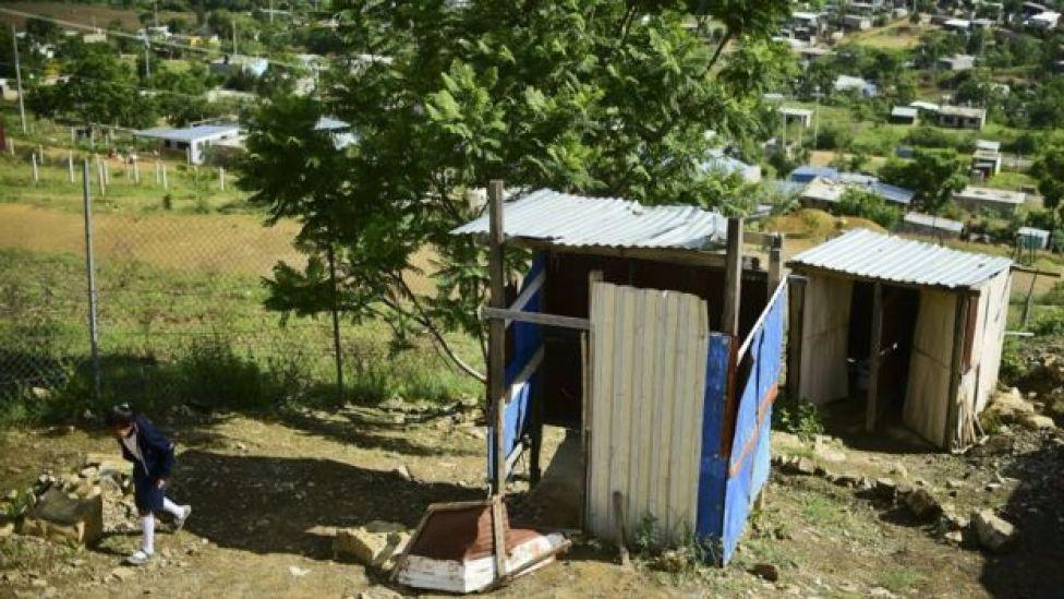 En el país existen miles de escuelas sin baños o en condiciones deplorables.