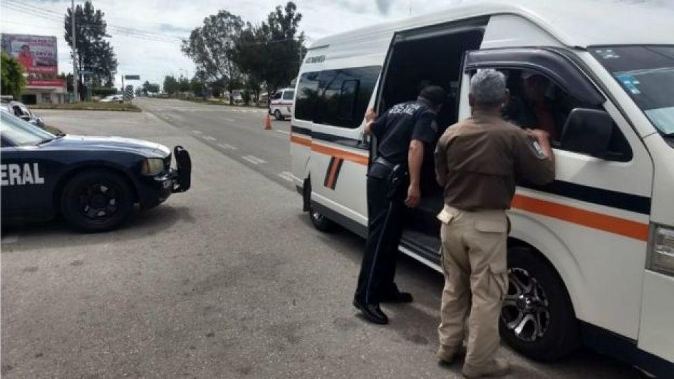Autos, autobuses y carreteras son vigiladas en la frontera sur de México.