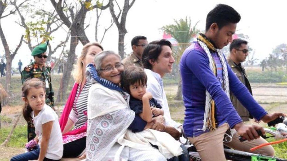 ভ্যানে চড়ে ঘুরছেন প্রধানমন্ত্রী শেখ হাসিনা