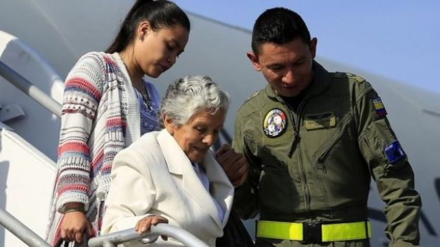 The mother of police colonel Julian Ernesto Guevara, who died while being kidnapped by the Farc, arrives in Cartagena to witness the peace deal being signed