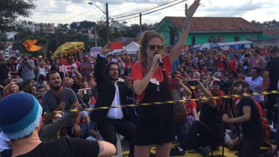 Ana Cañas canta no entorno do prédio da PF