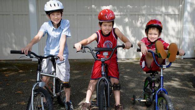 Niños con sus bicicletas