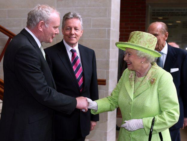 İrlanda Başbakan Yardımcısı'nın Kraliçe İkinci Elizabeth'le el sıkışması.