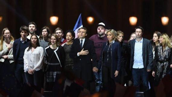 Macron celebra con su equipo