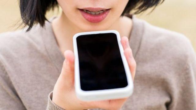 mujer usando sistema de reconocimiento de voz