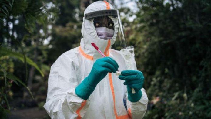 Un membre du personnel du ministère congolais de la santé prépare l'équipement de prélèvement pour effectuer un test COVID-19 dans une résidence privée à Goma, au nord-est de la République démocratique du Congo, le 31 mars 2020