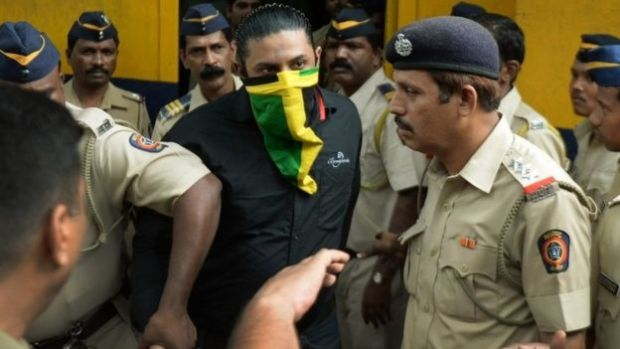 Indian police escort a suspect (C) accused of involvement in serial commuter train blasts in 2006 at a court in Mumbai on September 11, 2015