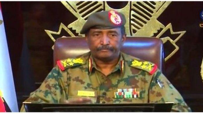 """Le chef du Conseil militaire de transition, le général Abdel Fatah Burhan, condamne """"le blocage de routes"""" de la capitale par les manifestants."""