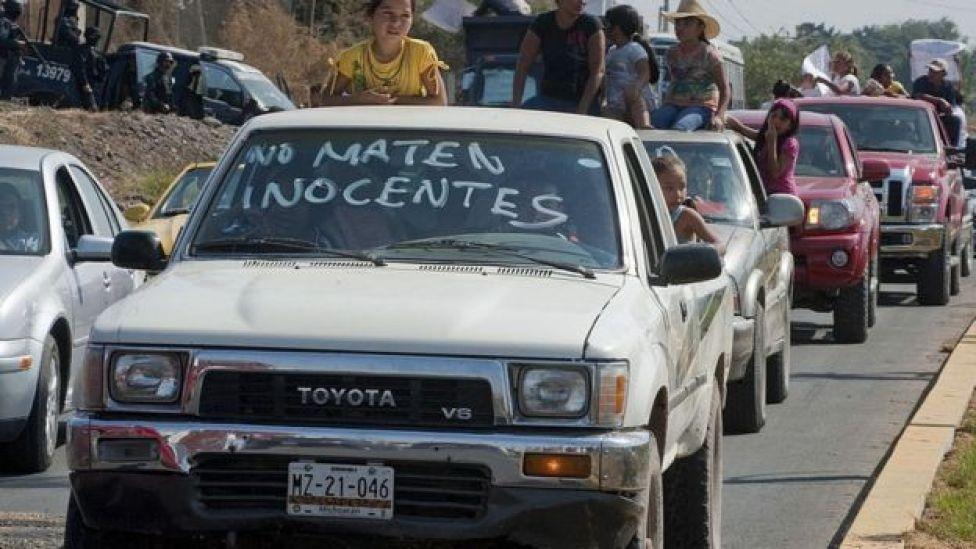 Protesta de vecinos de Michoacán contra los carteles de droga.