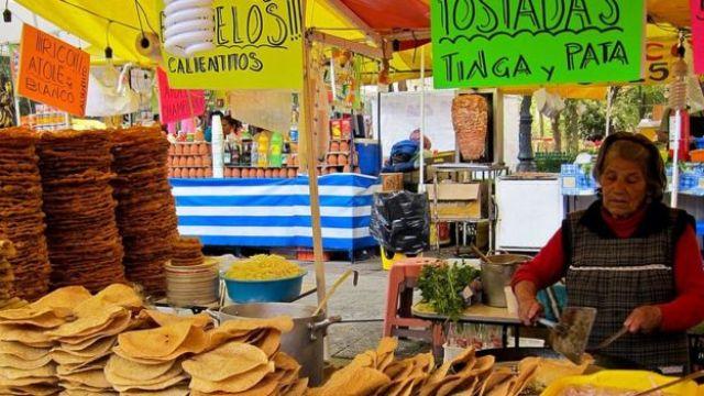 Señora vendiendo en la calle