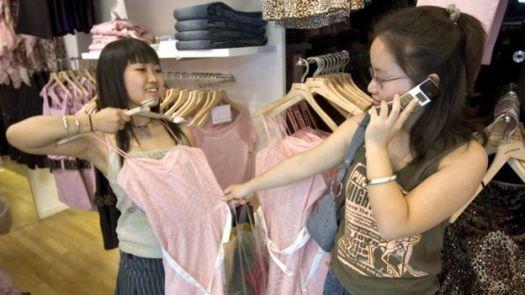 Jovens fazem compras em loja de departamentos em Pequim