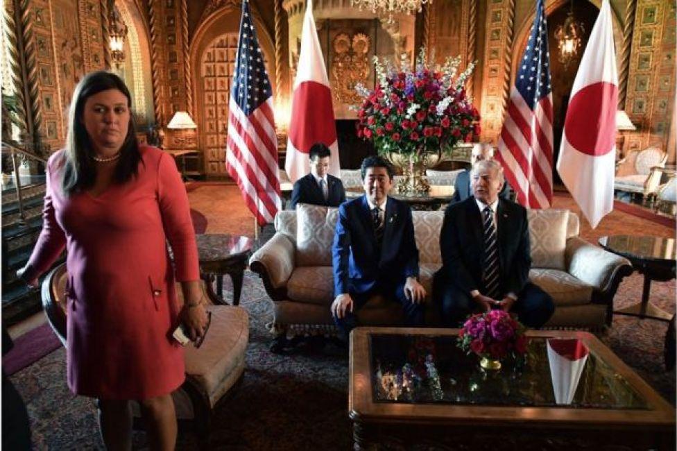 Katibu wa maswala ya habari Ikulu ya Whitehouse Sarah Sanders (kushoto) akishughulikia mkutano kati ya Trump na Abe