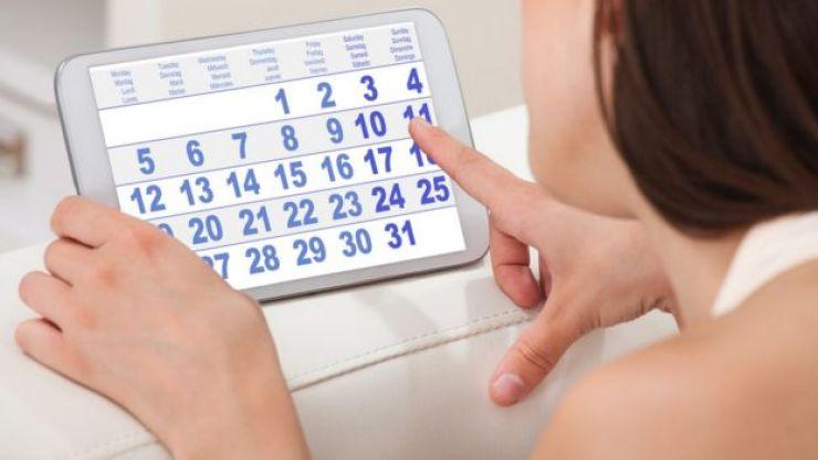 Mulher vendo um calendário