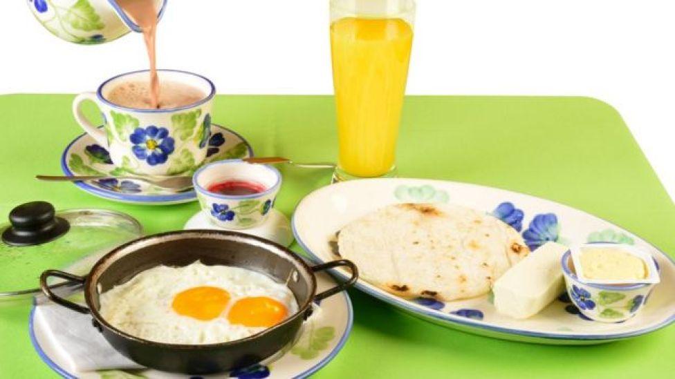 Desayuno colombiano con arepa y huevos