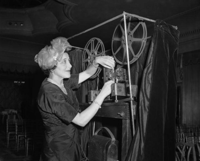Cineasta Rosie Newman com um projetor