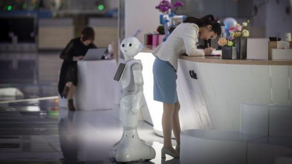 روبوت يقدم الخدمات للمسافرين في مطار غوانزو في الصين