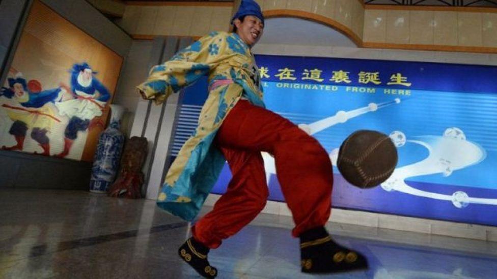 Mchezaji aliyevaa sare ya soka ya Cuju anavyoonekana katika makavazi ya soka ya Linzi ,Shandong, China.