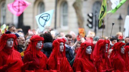 Ativistas durante manifestação do Extinction Rebellion em Whitehall, Londres, em 18 de outubro de 2019.