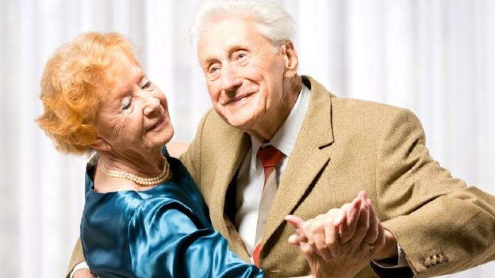 pareja mayor con bailes de salón.  Qué tipo de deporte es mejor para estar sano según tu edad  105556686 abuelos