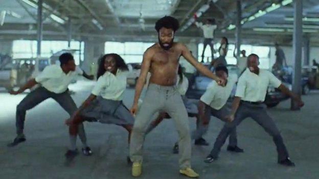 الكورس المشارك في الفيديو من السود