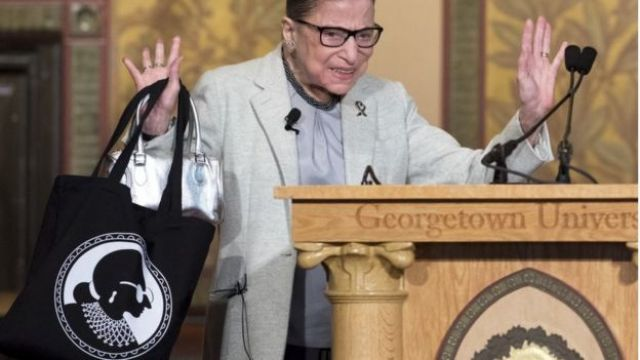 RBG, juíza da Suprema Corte americana, segura bolsa com sua imagem estampada