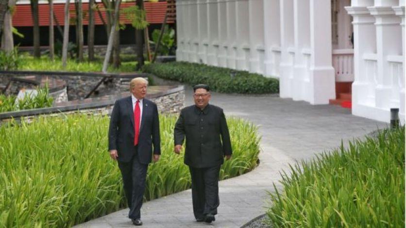 Kim Jong-un y Donald Trump de camino hacia la biblioteca donde mantuvieron un encuentro privado.