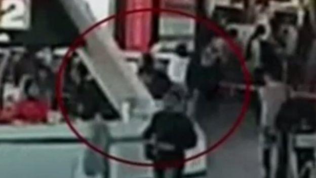 Momento em que mulher passa um lenço sobre o rosto de Kim Jong-nam, que poderia ser tóxico