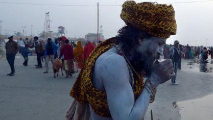 Un sacerdote indio tomándose su té